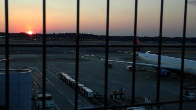2. 食事も出来る、展望デッキで成田空港を満喫!