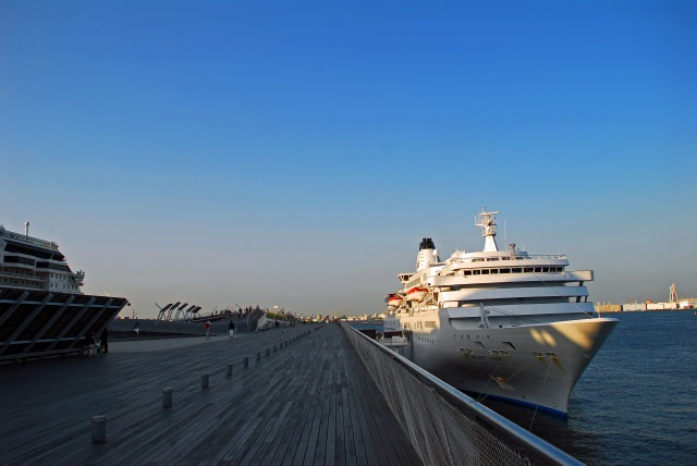 2. 大型客船と横浜の海を見渡す「横浜港大さん橋国際客船ターミナル」