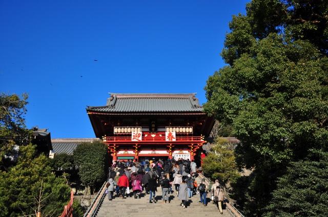 1. 鶴岡八幡宮で参拝する