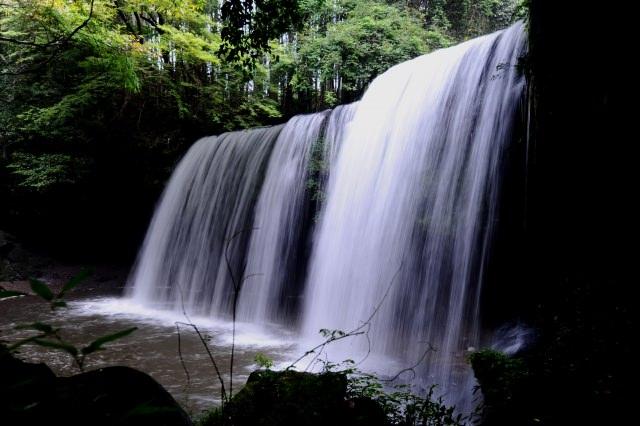 2. まるでカーテンのような神秘的な滝!「鍋ケ滝」