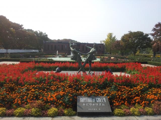3. 香り豊かなバラに囲まれたおすすめスポット!「石橋文化センター」