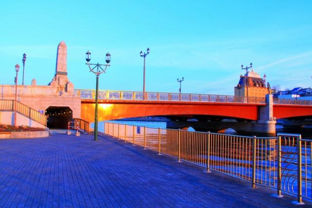 9. 美しい夕景色を見れる場所「幣舞橋」