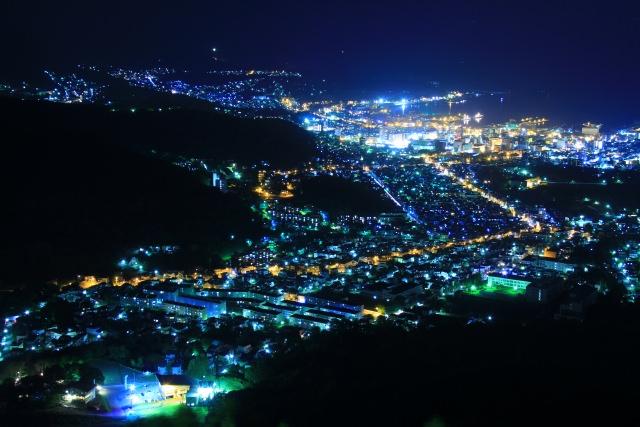 8. 山頂から望めるライトアップされた一本桜「天狗山」