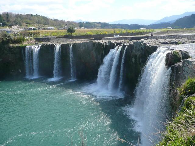 5. まさにナイアガラ!大分県の誇る観光名所「原尻の滝」