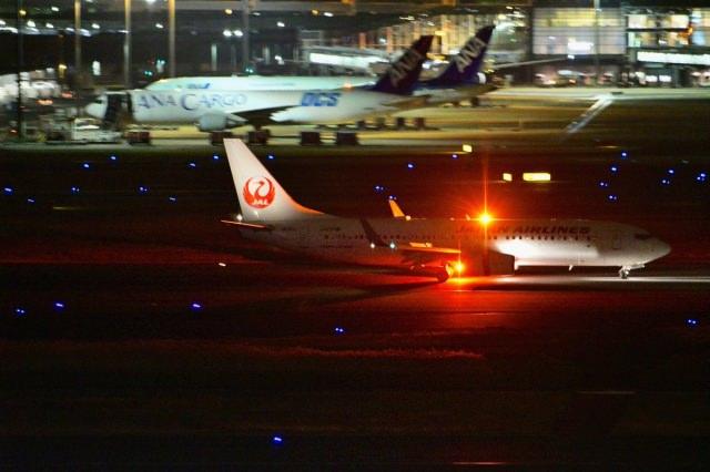 5. 飛び立つ飛行機に想い馳せる。東京の玄関で美しい夜景を「羽田空港」