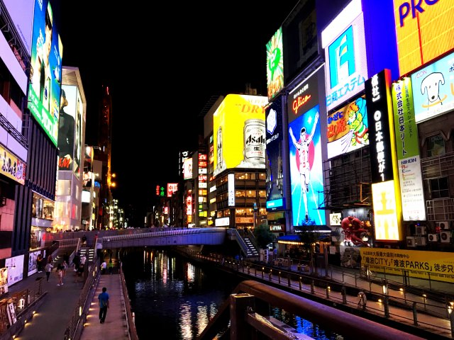 4. Look at the night-view in the middle of the town in Osaka       The spectacular night-view just in front of you [Dotonbori surroundings]