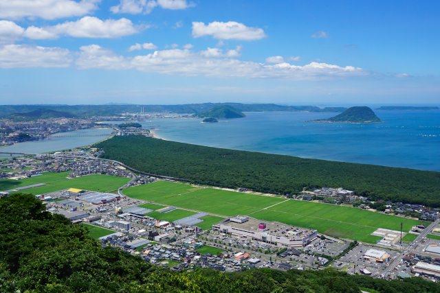 4. 美しい弧を描く沿岸エリア。佐賀県の名所!「虹の松原」