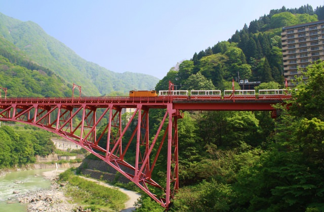 1. 大自然を思いっきり感じる!富山県で絶対外せないスポット「黒部渓谷トロッコ電車」