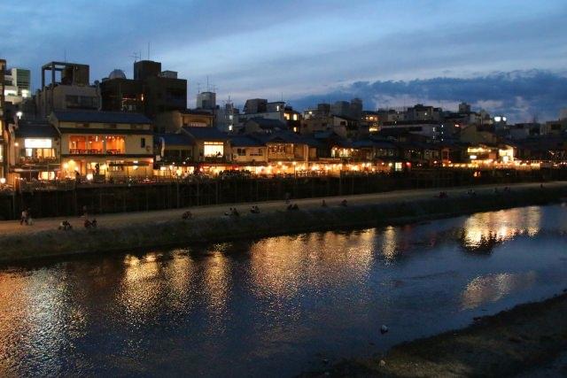 7. 夏にしか体験できない!貴重な京都の夜の食事スポット!「鴨川納涼床」