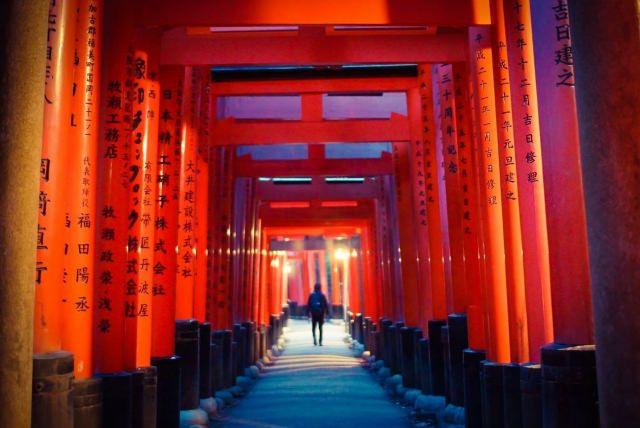2. 荘厳な雰囲気の中で夜間参拝を!京都の定番観光スポット「伏見稲荷大社」