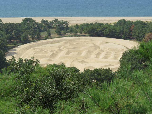 8. 砂地に浮かぶ巨大な芸術作品。一度は見たい「銭形砂絵」