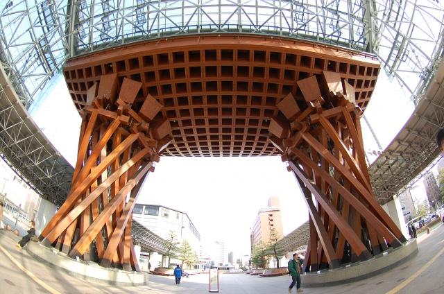 10. 巨大な鼓門ともてなしドームが必見!観光のスタート地点「金沢駅」