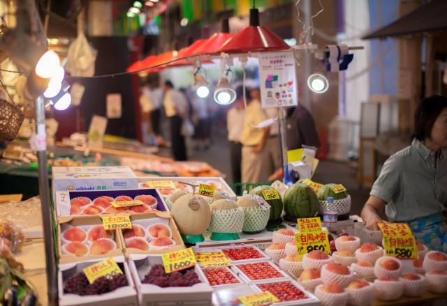 2. 金沢の台所。美味しいグルメを求めて「近江町市場」