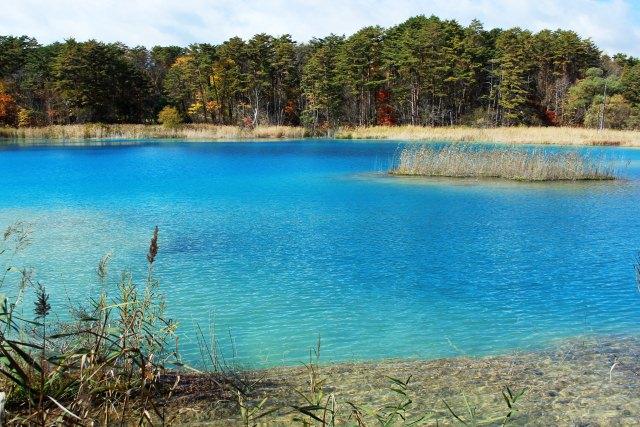 14. 様々な青色を魅せる水面に釘付けになる観光スポット「五色沼」