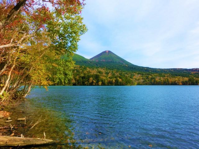 2. 五色湖とも呼ばれる北海道の観光スポット「オンネトー」