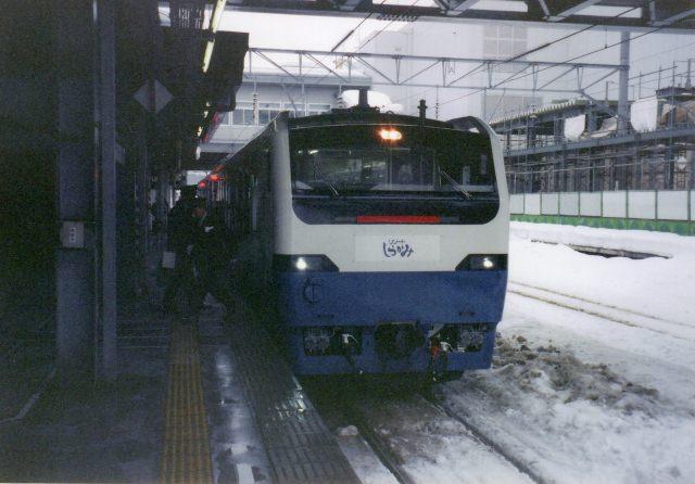 6. 鉄道ファン必見!ローカル列車で沿線風景を楽しむ。「五能線」