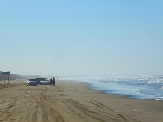 4. 日本で石川県のここしかできない!砂浜ドライブを楽しむ!「千里浜なぎさドライブウェイ」