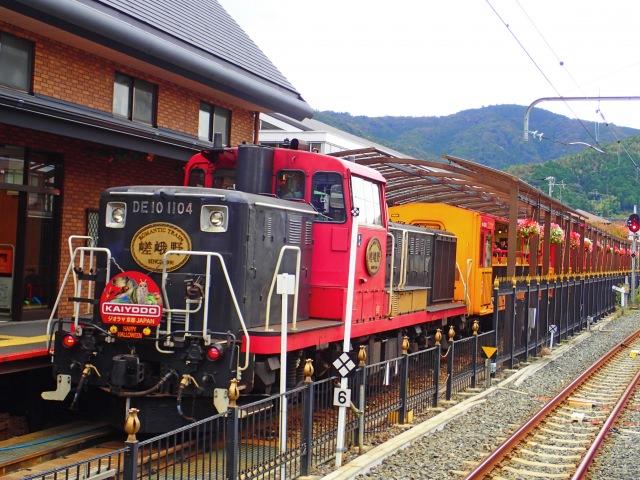 10. かわいい列車に乗って、嵐山の渓谷の紅葉を楽しむ「嵯峨野トロッコ列車」