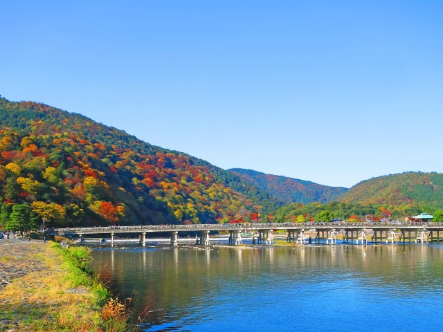 1. 嵐山の必須観光スポット!紅葉の時期ももちろんおすすめ!「渡月橋」
