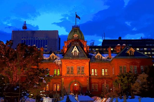8. 赤に黄金、ライトアップされた紅葉景色は見るものを魅了する「北海道庁旧本庁舎」