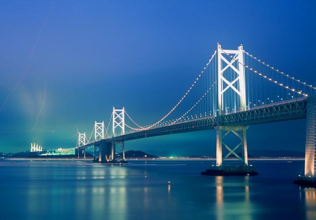 1. 美しい瀬戸内海を結ぶ巨大な吊り橋!本州と四国をつなぐ観光スポット「瀬戸大橋」