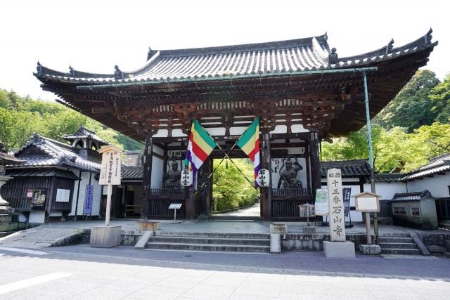 5. 巨大な岩が情緒的に見える美しい寺院!大津の人気観光地「石山寺」