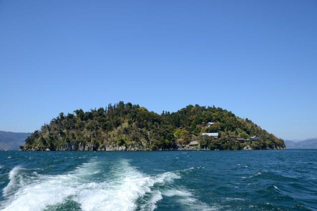 6. 神聖な島にあるのはお寺と神社「竹生島」