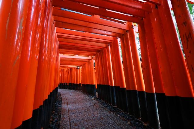 1. 赤い鳥居が目印!京都の人気観光地「伏見稲荷神社」